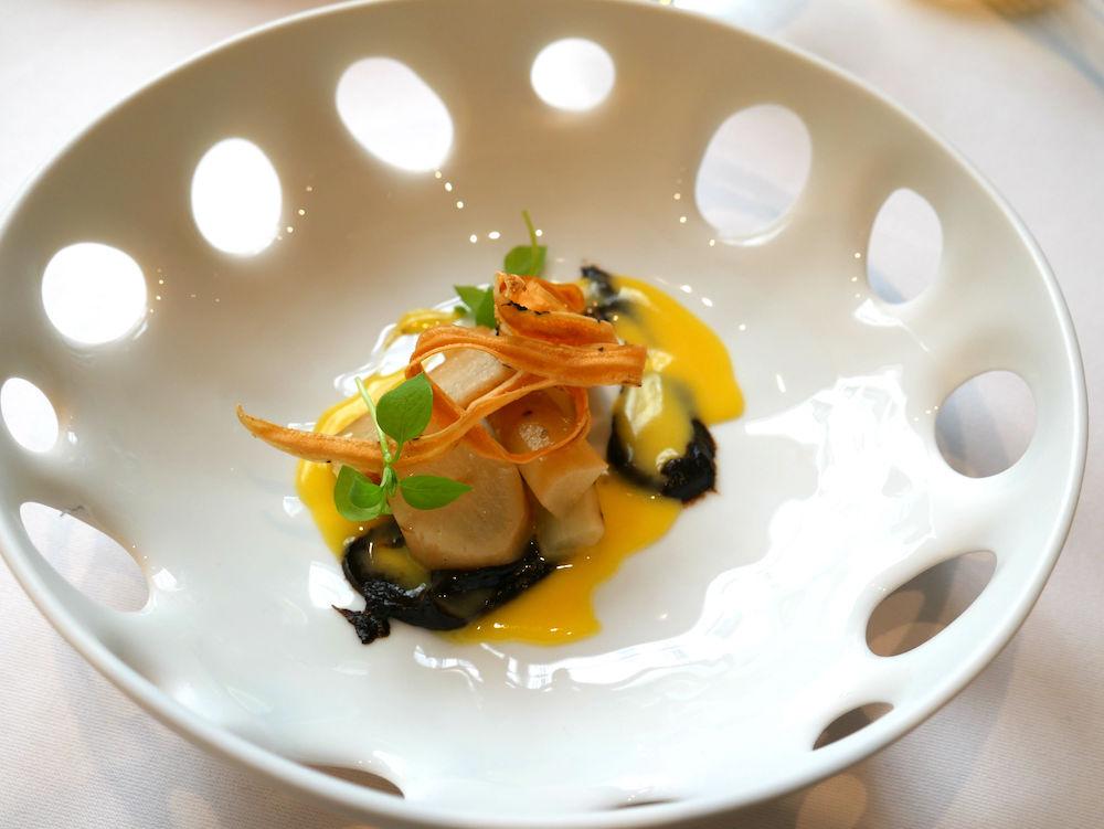 Hautes Exigences LMDL- Restaurant Étude Paris 16 - Entrée Salsifis, Crème Ail Noir et Clémentine