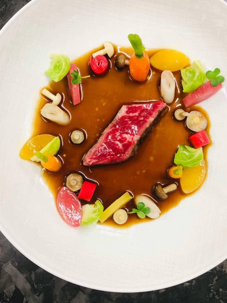Bœuf WAGYU cuisiné en consommé corsé, légumes crus et cuits Par Christophe Dufossé pour Maison Dufossé – La Table 5 Avenue Ney, 57000 Metz
