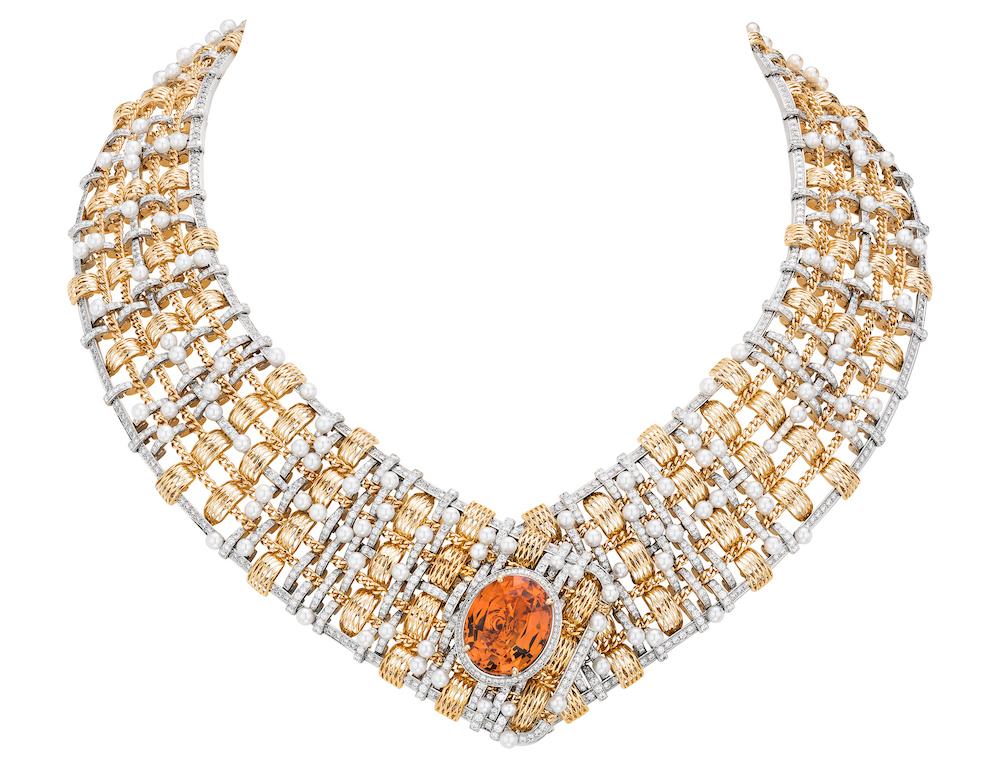 CHANEL Haute Joaillerie - Collier TWEED D'OR en or jaune, platine, perles de culture, diamants, serti d'une topaze impériale taille ovale de 20,40 carats.