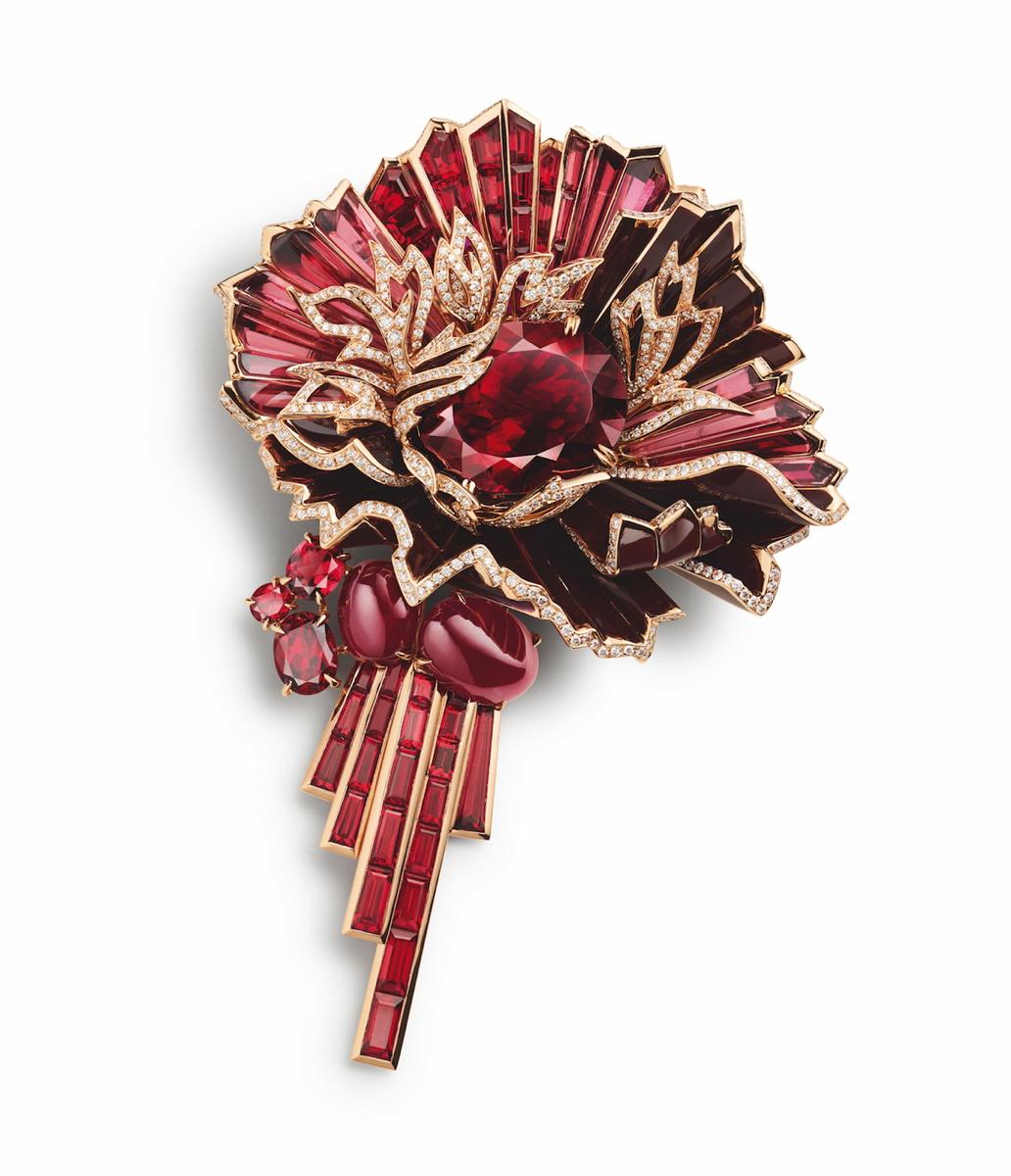 CHAUMET - Broche Aria Passionata en or rose et laque, sertie d'un grenat rhodolite de 22,51 carats, de quatre cabochons de rubis de 5,55 et 3,86 carats, de motifs de grenats rhodolites, de rubis baguette et de diamants taille brillant.