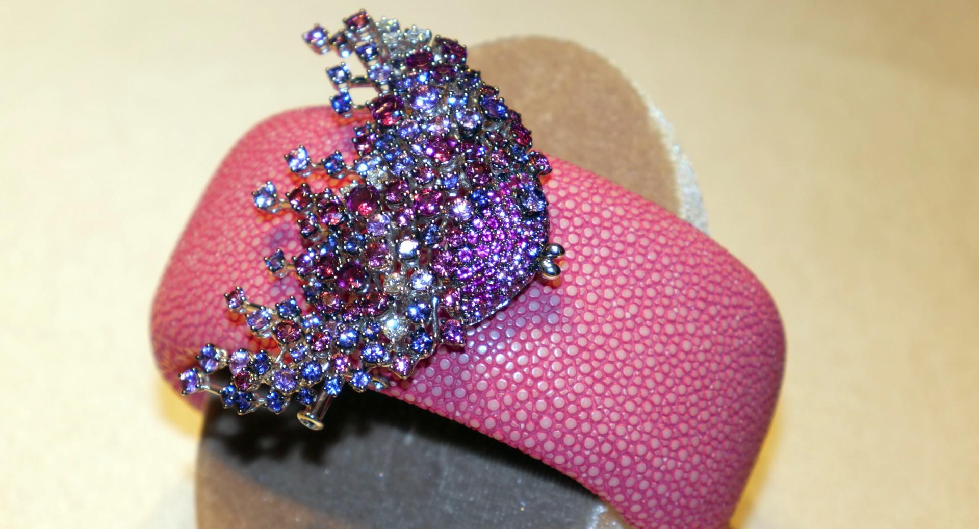 DAMIANI - Bracelet cuff en galuchat couleur fraise avec poisson en or blanc, diamants blancs, saphirs et rhodolite