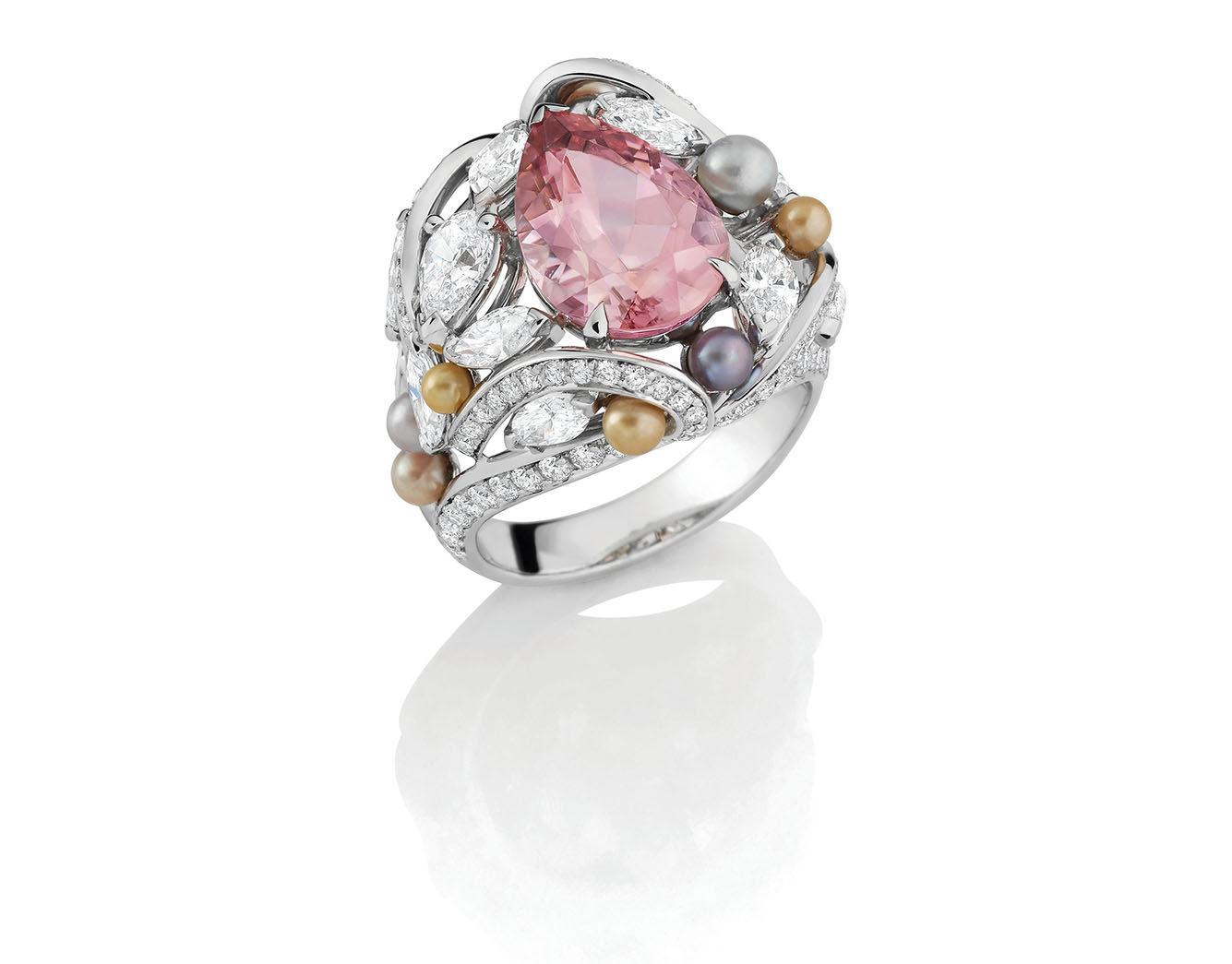 MELLERIO - Bague Likoma - Tourmaline rose taille poire - 4,18 ct, 10 perles fines roses, grises, blanches et dorées, Diamants et Or Gris